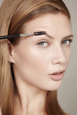 photographe beauté paris, model brushing eyebrows, eyebrow grooming, beauty