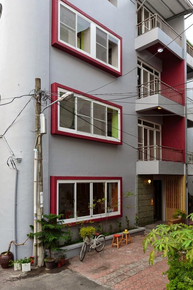 Restauraci n de una casa con estilo moderno y minimalista for Fachadas oficinas minimalistas