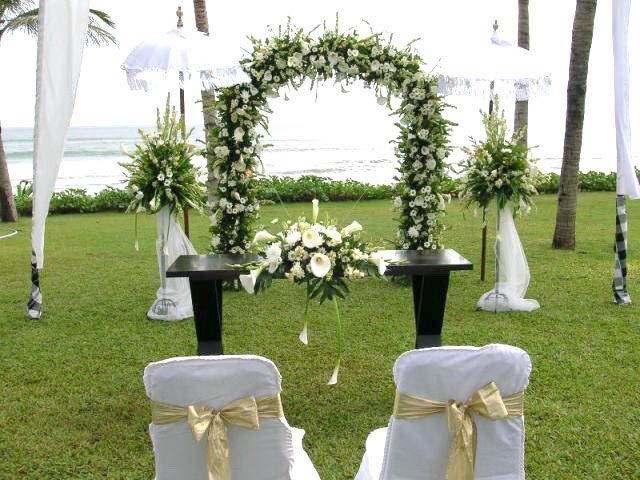 Traditional wedding decorations designs in bali - Decoration table pour invites ...