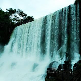 Salto Bossetti, Parque Nacional de Iguazú, Argentina. O Salto Bossetti forma uma muralha de água.