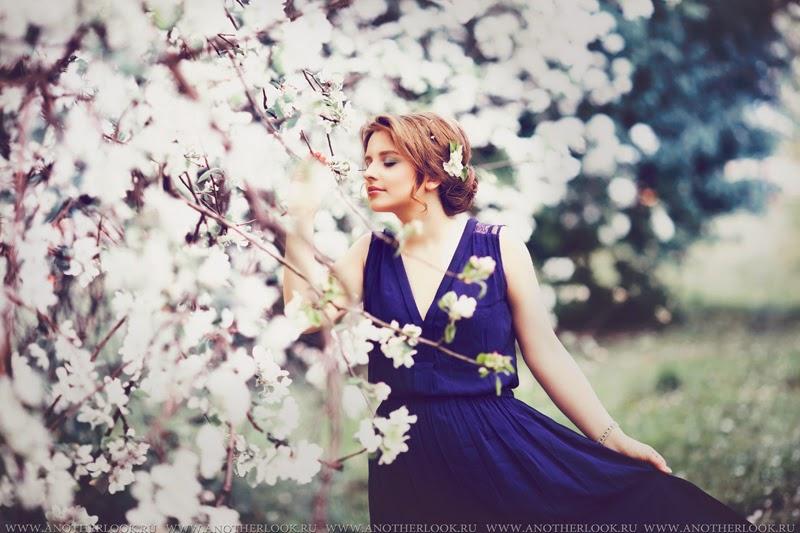 Красивая фотосессия в цветущем яблоневом саду