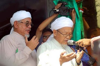 Nik Abdul Aziz Nik Mat dan Presiden PAS, Datuk Seri Tuan Guru Abdul Hadi Awang