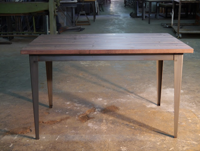 Mesa rústica de madera y hierro