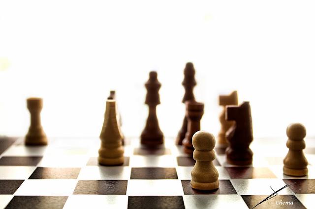 Detalle de un tablero de ajedrez y de algunas piezas 2 en fotosmacro.blogspot.com