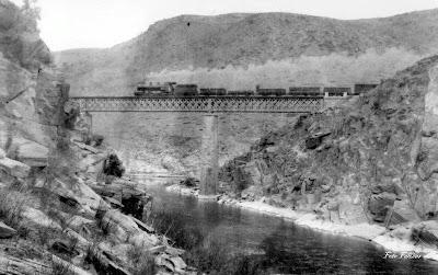 Comboio a vapor sobre a ponte do Rio Côa