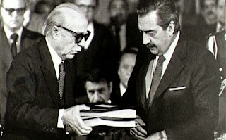 """Ernesto Sábato entrega a Raúl Alfonsín el informe """"Nunca Más"""" sobre los crímenes de la dictadra militar argentina."""