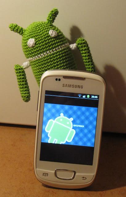Amigurumi Android con teléfono móvil