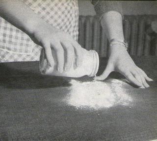 donna che sparge borotalco su macchia