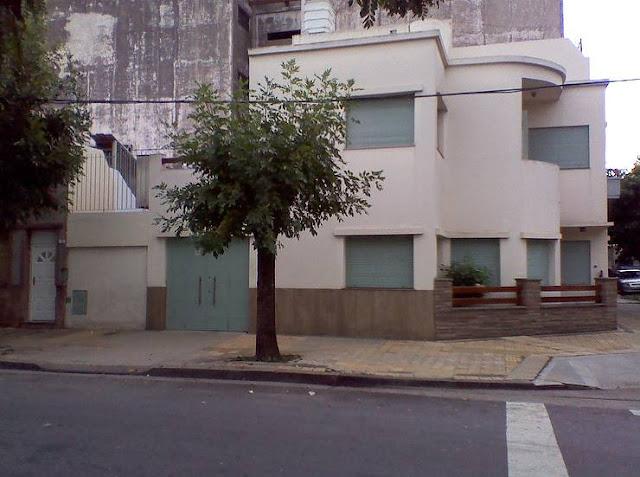 Lateral de una casa racionalista en esquina en Buenos Aires