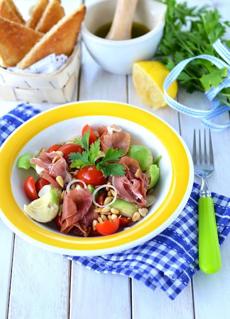sałatka z awokado, szynka parmeńską i pomidorami, olej rydzowy