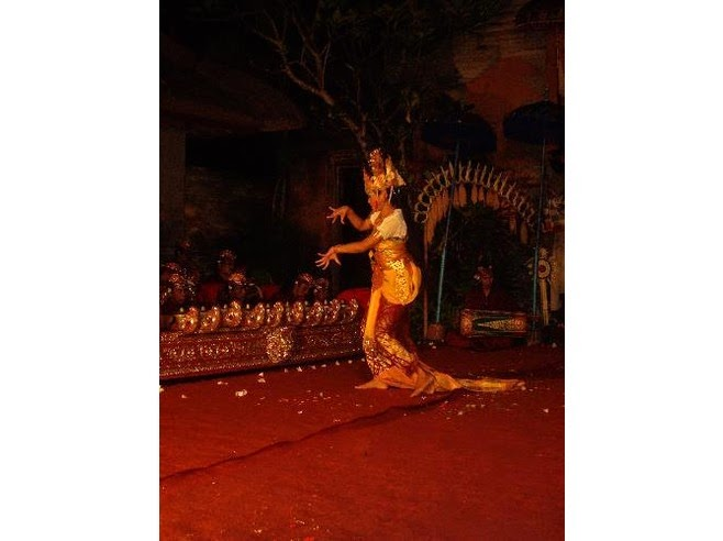 This is i of the dances that tin hold upwardly seen in the grounds of the Ubud palace Beaches in Bali: Ubud Palace Balinese dancing