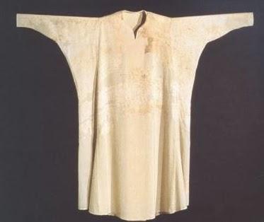 Camisa perteneciente al Arzobispo Ximenez de Rada muerto en el siglo XIII. Hombre de gran envergadura fue Arzobispo de Toledo y Primado de España. La prenda ha sido restaurada.