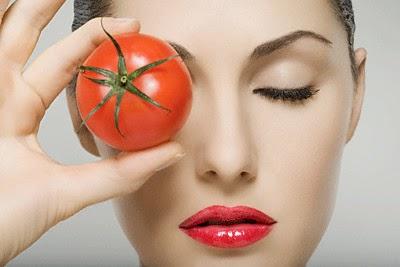 đắp mặt nạ tự nhiên cà chua và mật ong