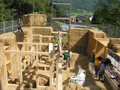 Австрийский домик Вернера Шмидта с 2-х метровыми стенами Как построить дешевый дом из соломы. Фото инструкция по строительству.