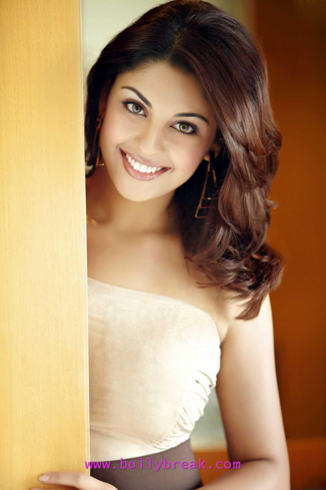 Richa Gangopadhyay cute smile -  Richa Gangopadhyay Latest Photo Gallery - April 2012