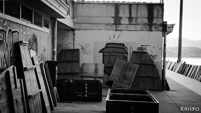 tablas de madera de barco contra pared