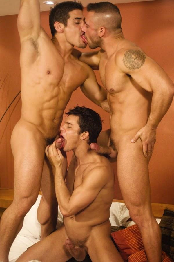 геи фото мускулистые мужики в групповухе