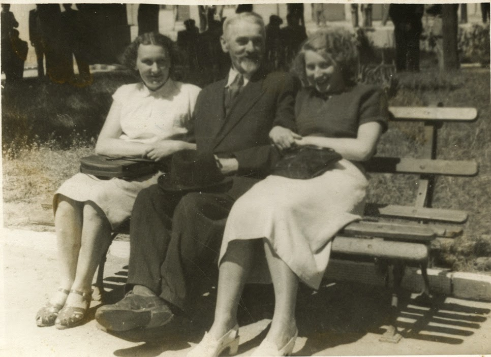 Końskie, skwerek, lata sześćdziesiąte XX wieku - Stanisław Jaworski. Zawsze pod krawatem,  w kapeluszu, z krótką bródką i wąsikami - elegancki starszy pan.  Foto. udostępniła p. Danuta Warwas.