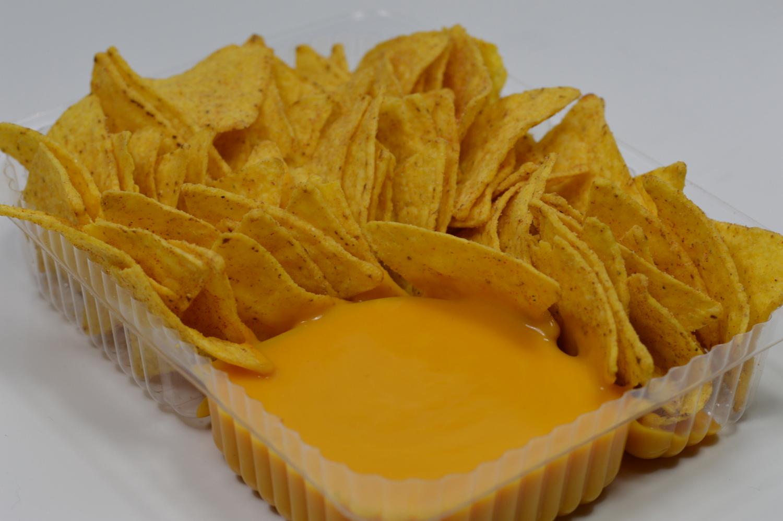 Ein Foto von Nachos mit Käsesauce