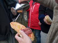 Llesques de pa amb tomàquet ben acompanyat amb pernil salat