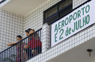 moradores de Salvador pedem a volta do nome original do aeroporto, durante os festejos de 2 de Julho