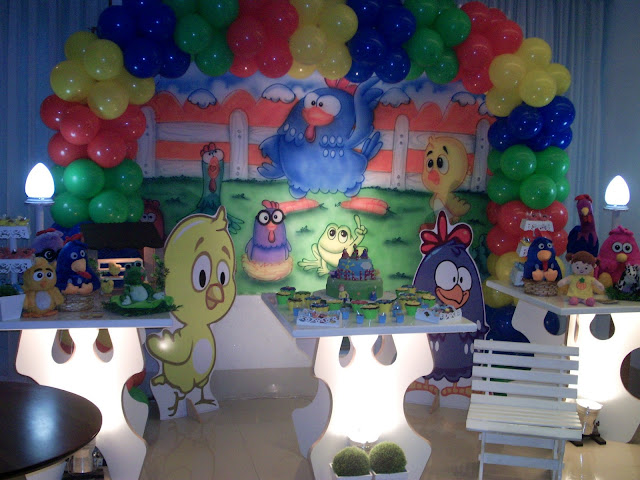 decoração provençal da Galinha Pintadinha para festa infantil de menino