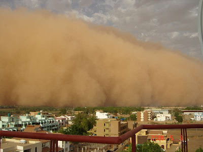 Fotografia mostra a aproximação de enorme tempestade de areia na cidade de Cartum, no Sudão.
