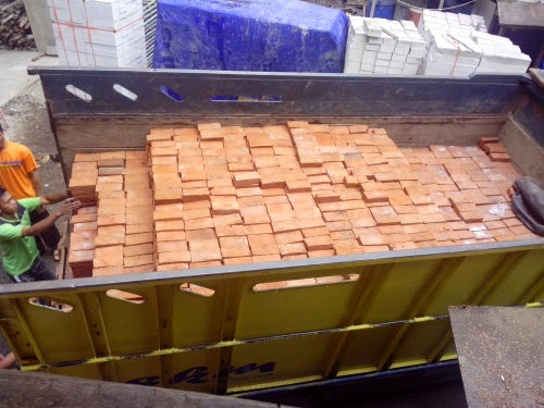 Bongkar Muat Batu Bata Merah Nagreg di Proyek