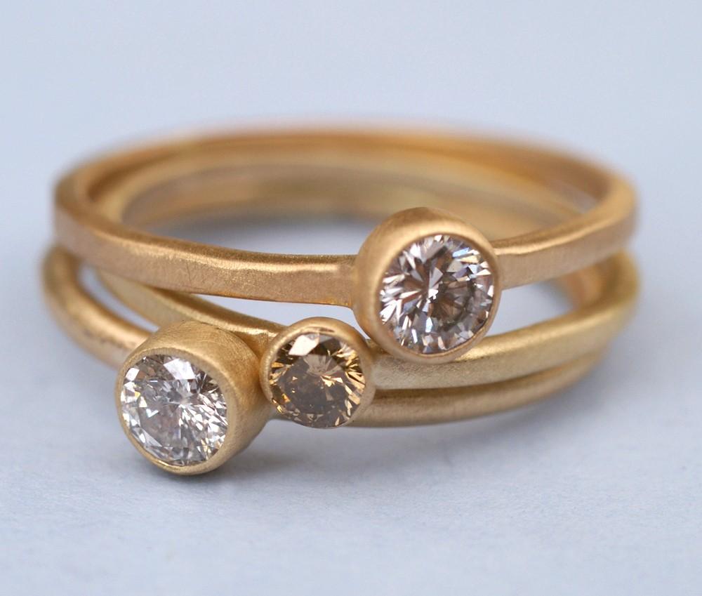 золотые кольца с камушками
