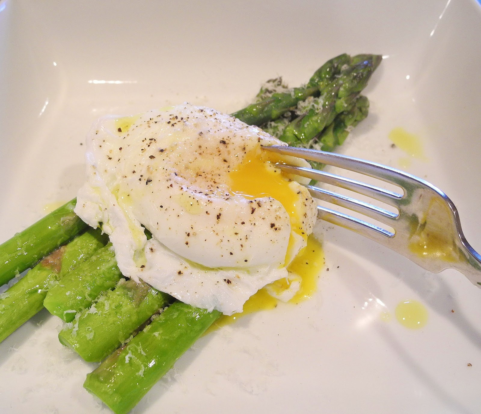 poached egg over asparagus serves 1 1 egg 4 5 asparagus spears steamed ...
