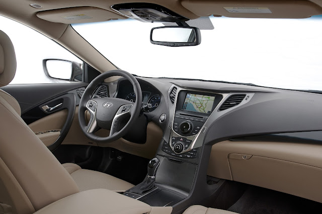 Interior view of 2013 Hyundai Azera