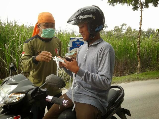 Hujan abu akibat Gunung Kelud meletus, Kader PKS bagi-bagi masker