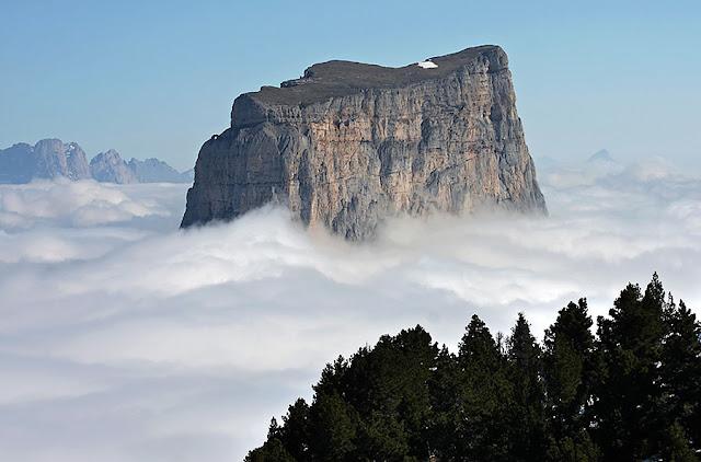 Mont Aiguille возвышается над туманом