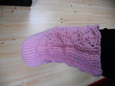 Rosa strikket sokker i hullmønster - hæl