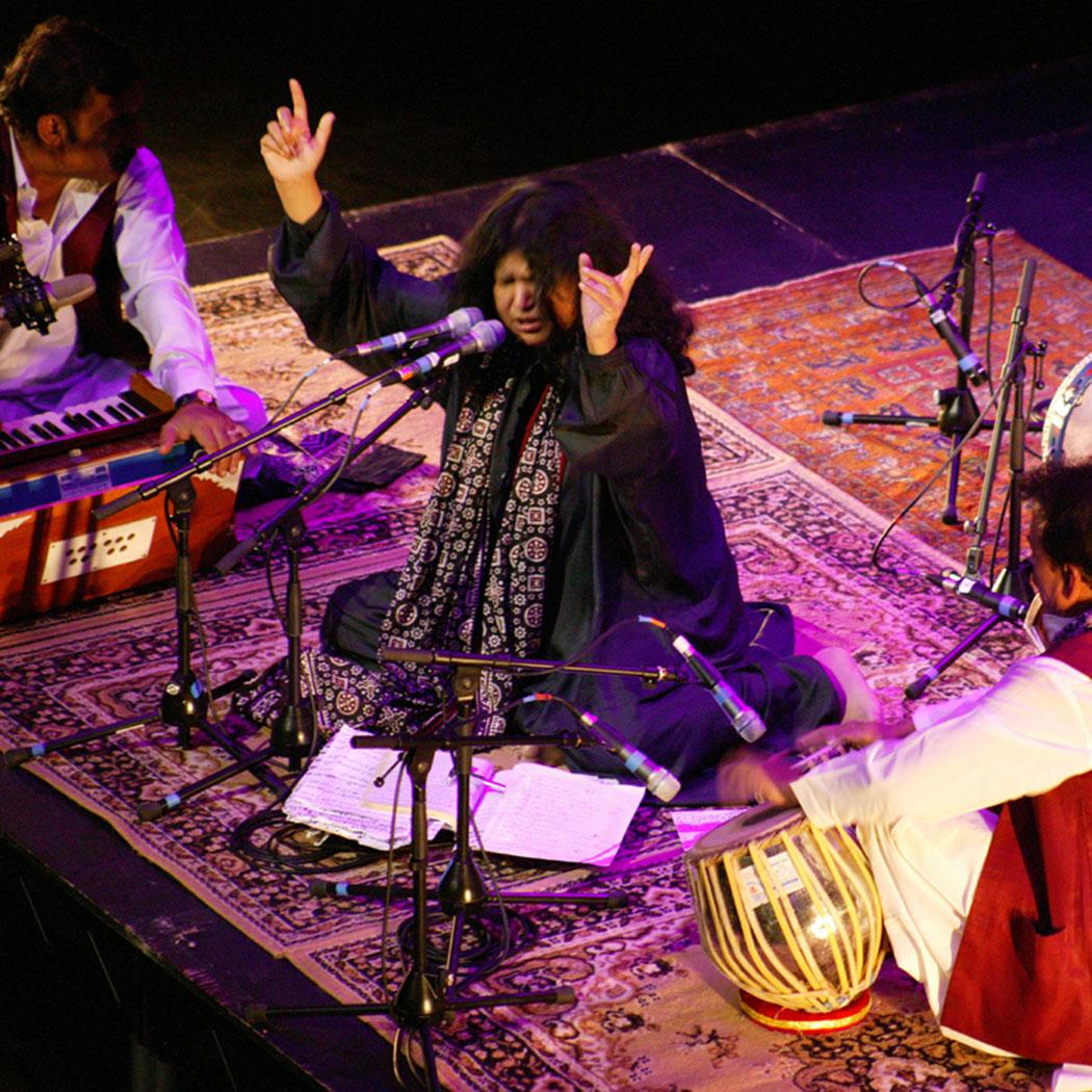 http://3.bp.blogspot.com/-aULUsVhu7kw/TbAuC8KdQKI/AAAAAAAAAZc/ApY6njJova0/s1600/Abida-Parveen.jpg