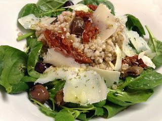 insalata di grano saraceno, spinaci crudi, grana e pomodori secchi