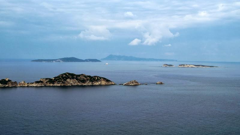 Blick zur Felsinsel Gravia in der Bucht von Arillas (Korfu).