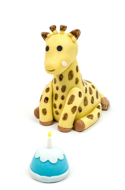 Giraffe Sophie fondant figurine with a cake fondant