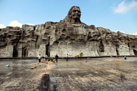 Công trình tượng đài Mẹ Việt Nam Anh hùng vừa khánh thành đã bong nền.