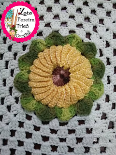 Tapete de crochê, Tapete retangular em crochê, Tapete de crochê com aplique de flores, Tapete em crochê com flor girassol,