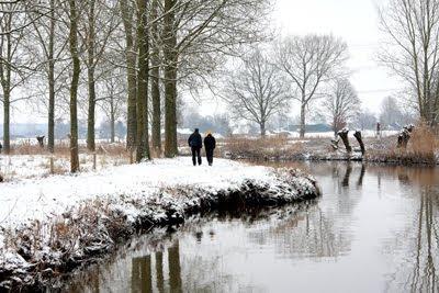 Pareja de enamorados caminando por un paisaje nevado en invierno - Winter landscape