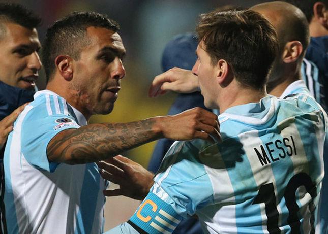 Antigo desafeto do camisa 10, Tévez blindou Messi dos ataques (Foto: AFP)