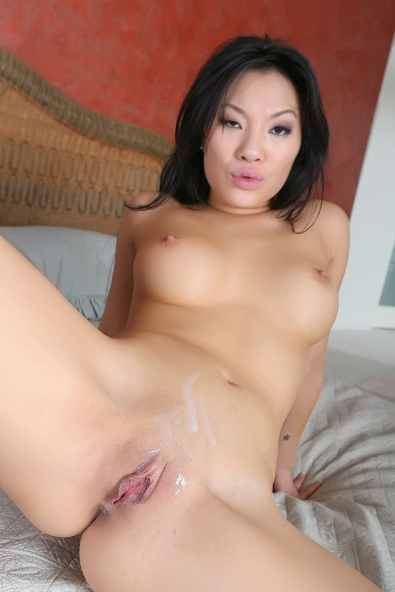 Amateur asian hottie suck cock and gets nice facial dm720