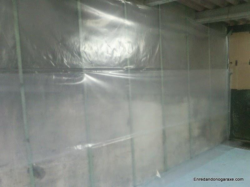 Plástico de invernadero cubriendo la pared. Enredandonogaraxe.com