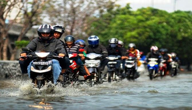 5 TIPS AMAN SEPEDA MOTOR SAAT MELEWATI BANJIR