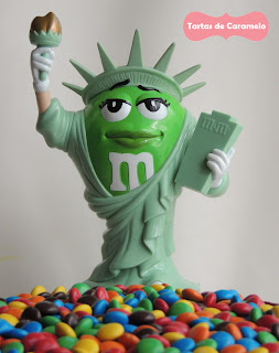 Tarta de emanems y kitkat con la estatua de la libertad de M&M's World New York