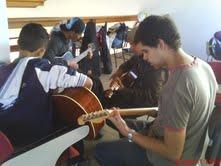 jovens aos violão durante oficina