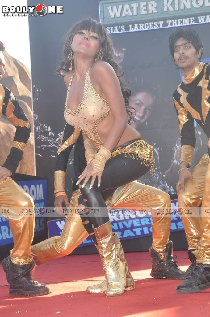 Veena Mallik Water Kingdom 6 - (6) -  Veena Malik Hot Dance Pics at Water Kingdom