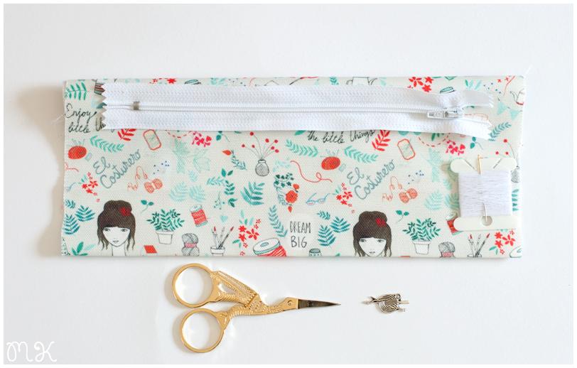 kit para hacer un estuche: tela, cremallera, tijeras, aguja e hilo