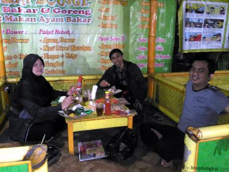 Teh Nia, Aufa (tengah), Owner Ayam Dower; Bambang Irawan (kanan)